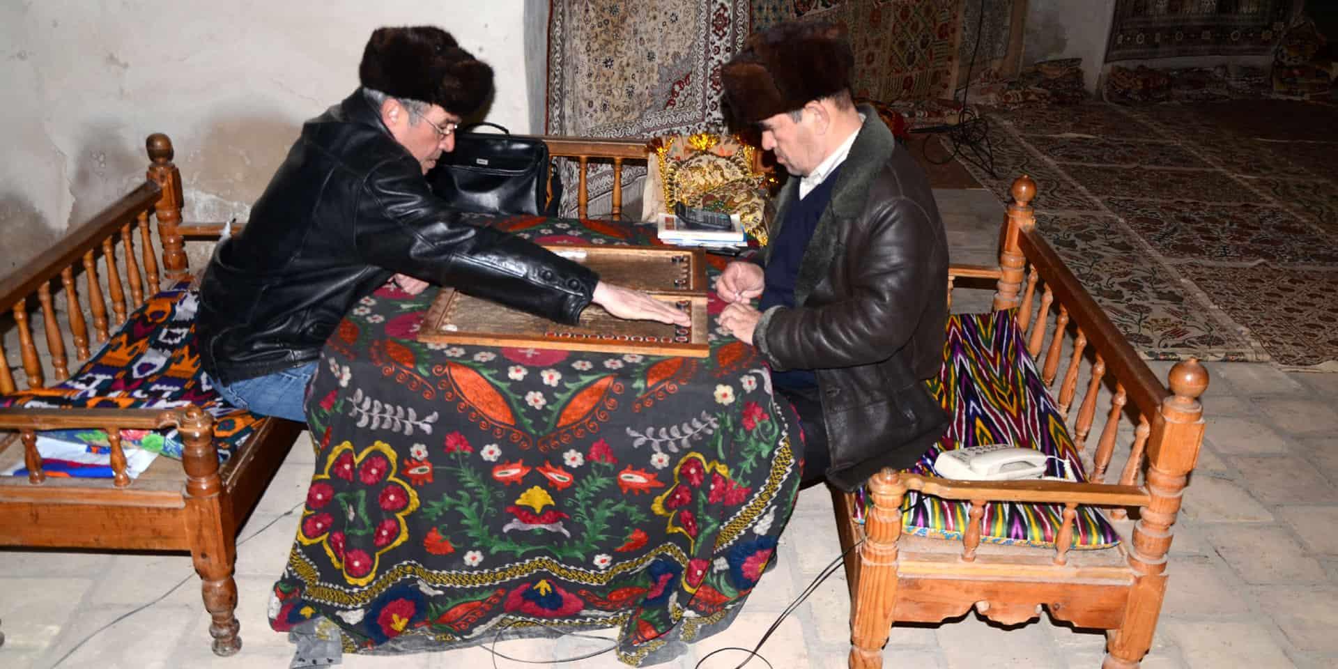 Mænd spiller brætspil i Samarkand