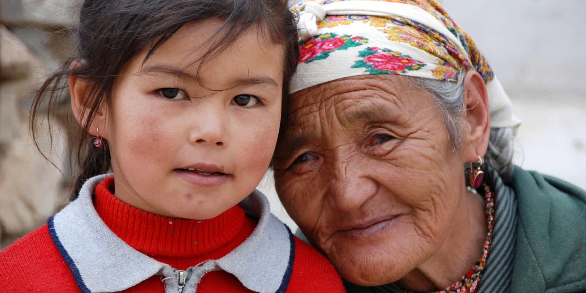 Barn og bedstemor i Centralasien
