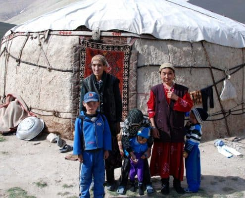 Familie foran jurt i Centralasien