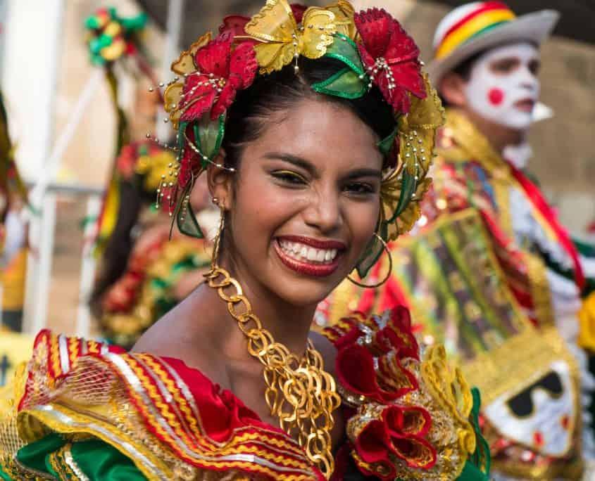 Smilende kvinde til karneval i Colombia