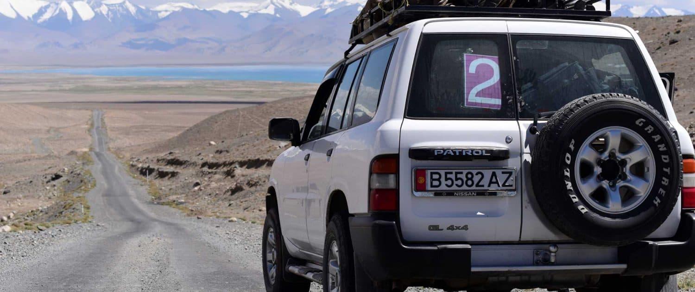 I firehjulstrækker på roadtrip gennem Pamir