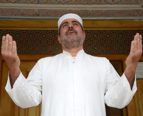 Zoroastrisk præst i bøn