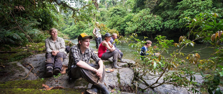 Hygge ved floden på grupperejse til Ecuador