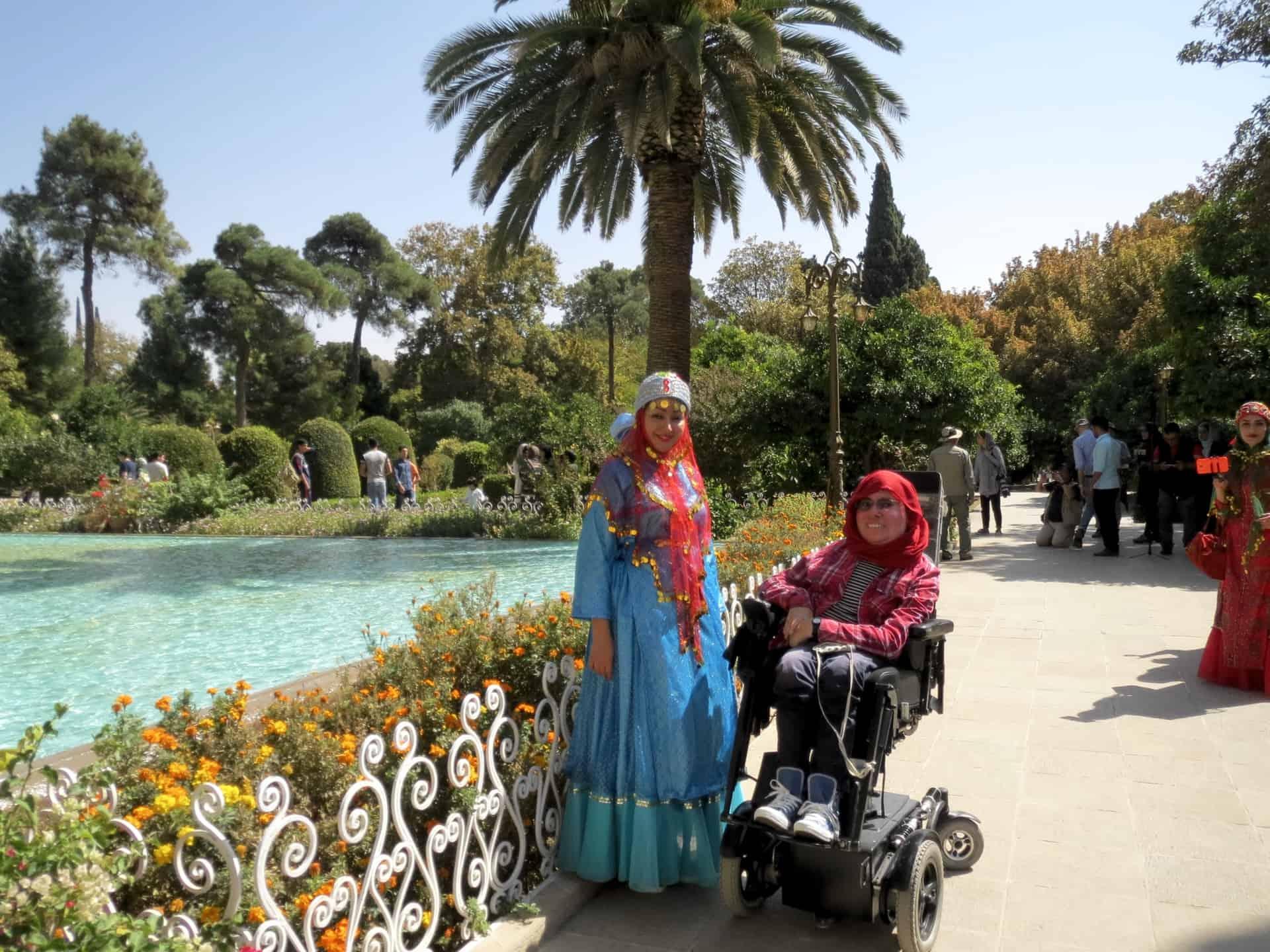 Rejsedeltagere ved Eram-haven i Shiraz