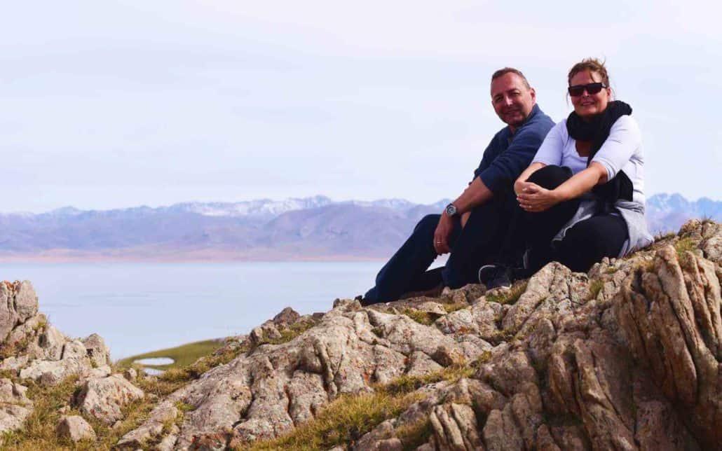 glade turister med smuk natur i baggrunden