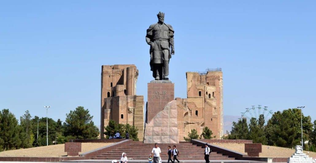 Statue af Timur i Samarkand på rejser til Usbekistan