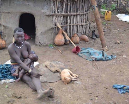 Mor passer børn i lokal Mursilandsby