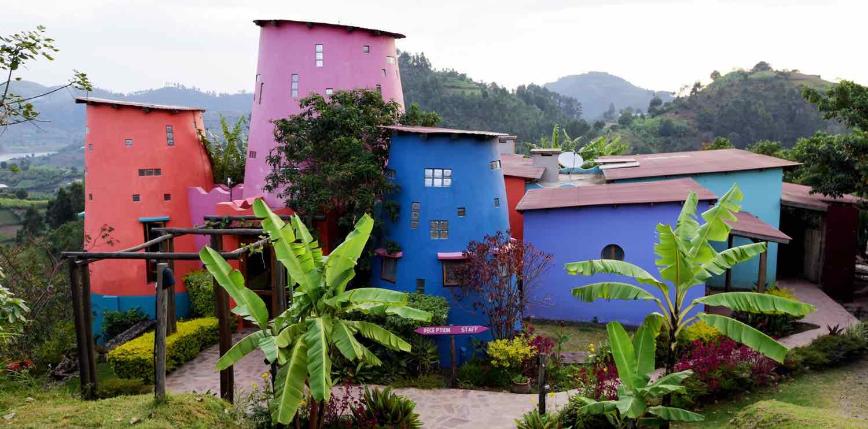 Farverig lodge på rejser til Uganda og Rwanda