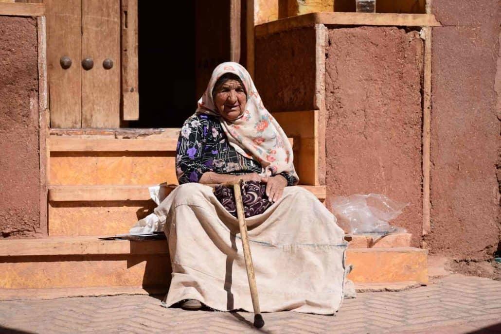 Iransk kvinde på trappe