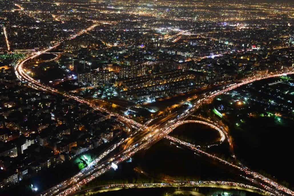 Iransk by set oppefra på kulturrejse til Iran