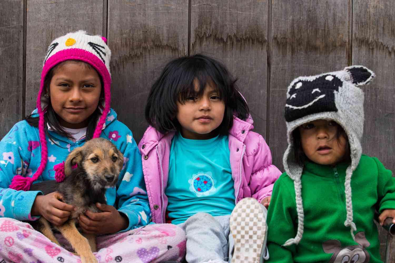 3 børn og hund i Ecuador