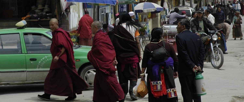 Gadebillede af mennesker i Xiahe Labrang