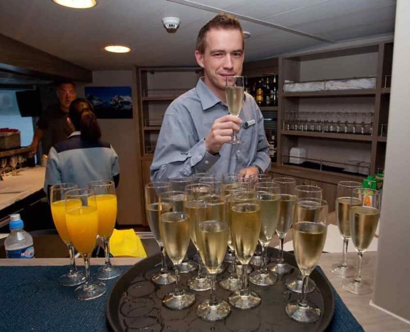 Mand drikker champagne ombord på cruiseskib