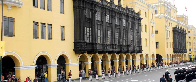 Facade på bygning og militær opstilling