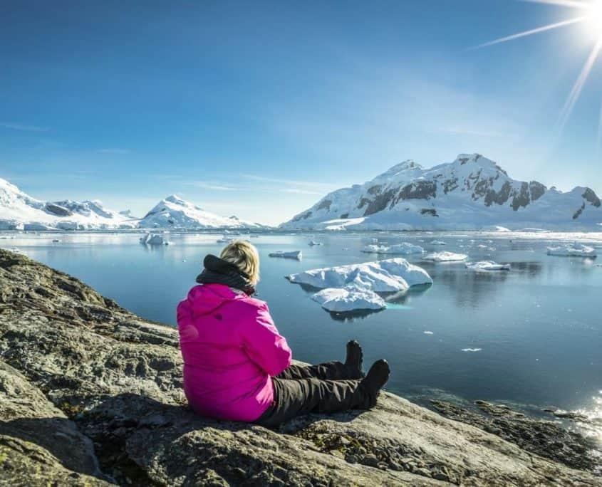 Kvinder nyder den rå natur ved Falklandsøerne