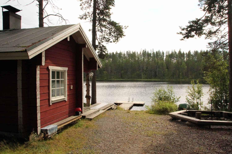 Basecamp nær flod i Finland
