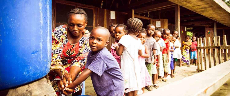 Børn vasker hænder i Congo