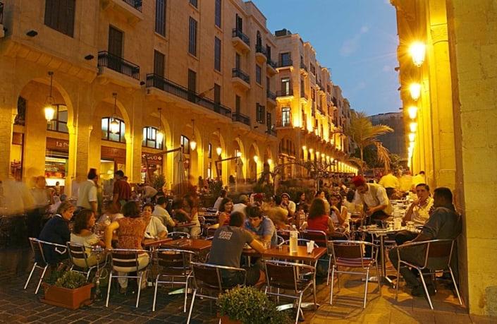 Libanesere spiser aftensmad i Libanons gader