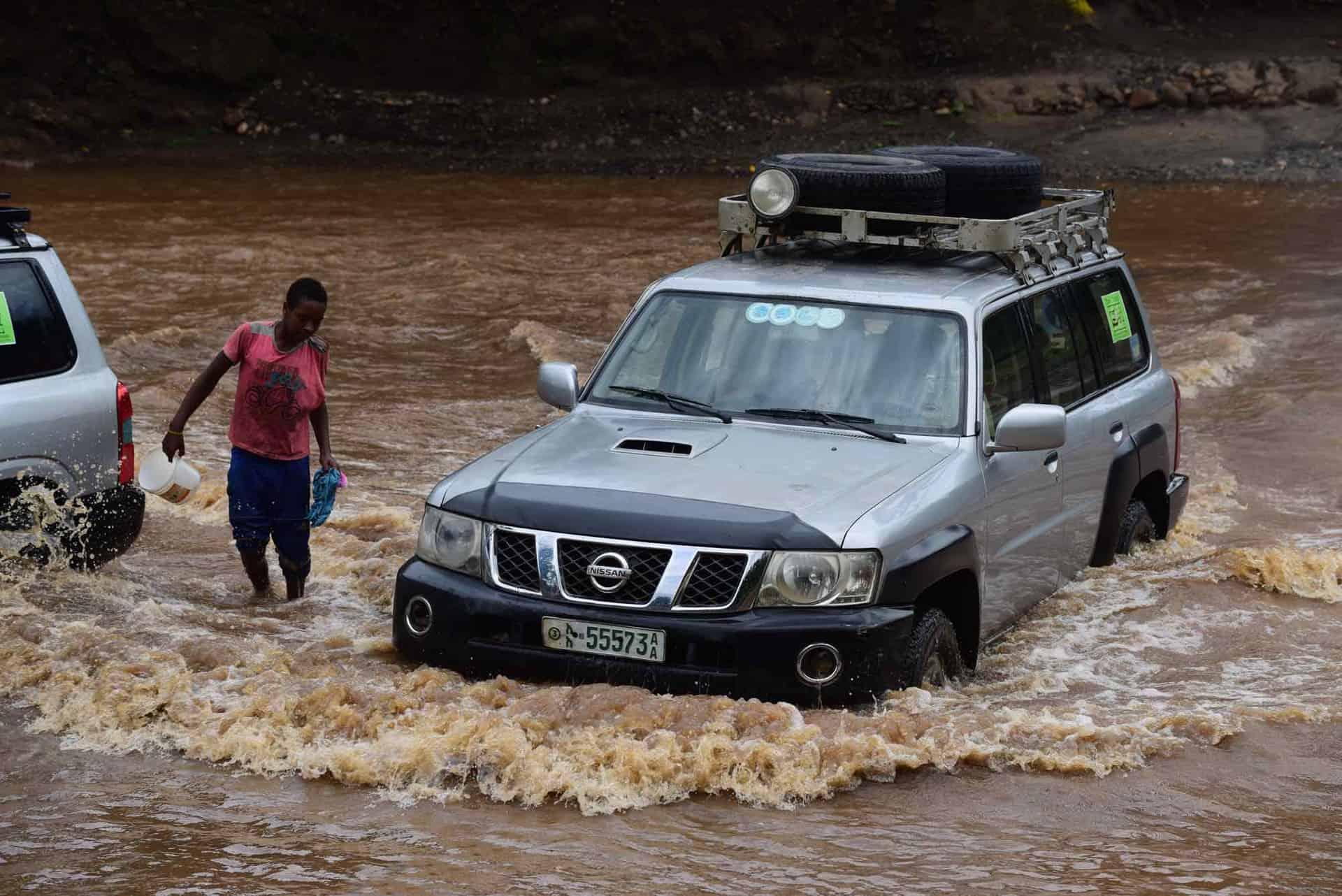 Bil kører gennem vandet i Etiopien