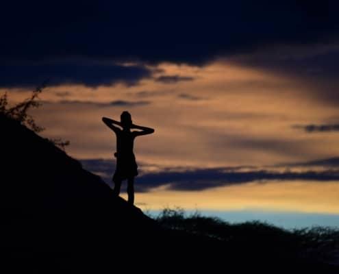 Dreng i solnedgangen i Omodalen