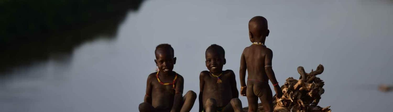 Børn hygger sig nær flod ved Omodalen