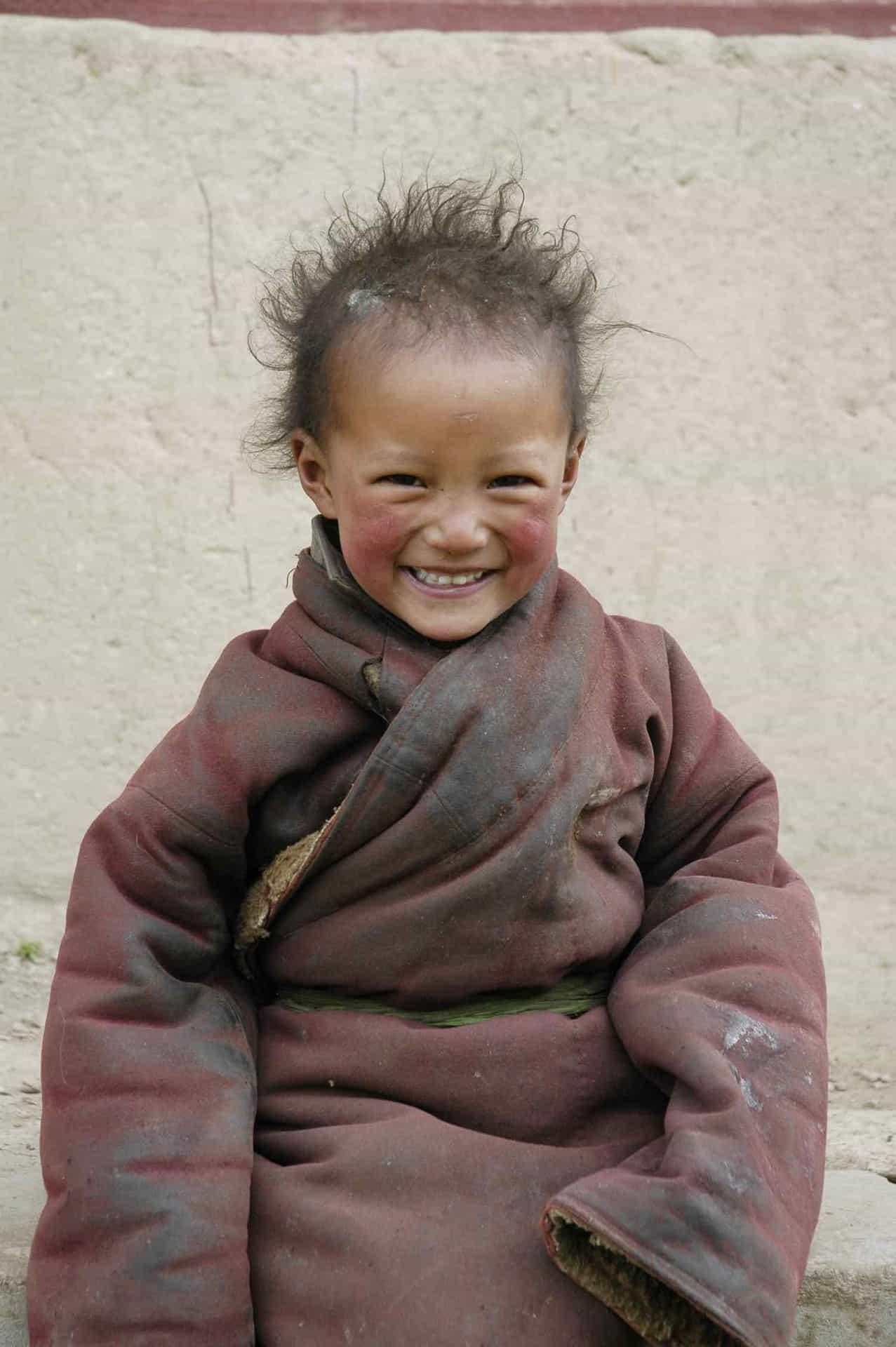 Glad nomadepige i Tibet