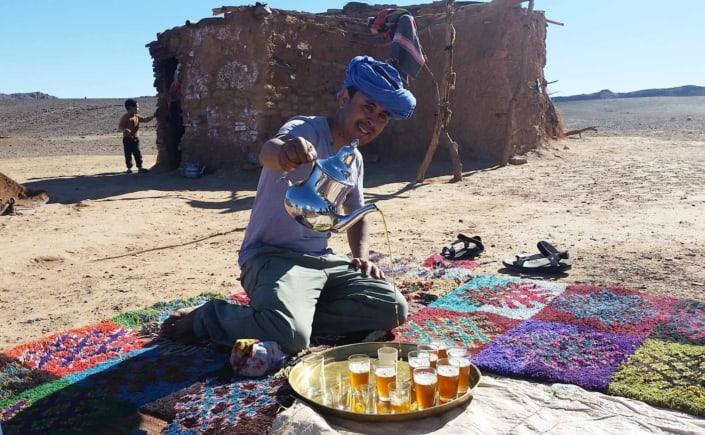 Tea med nomade i lokal landsby