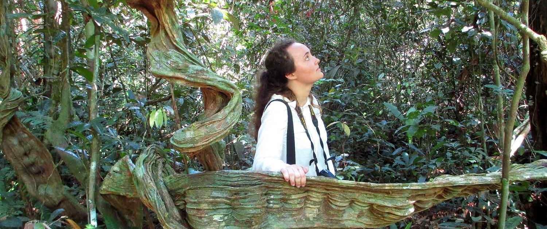Kvinde på opdagelse på vores rejser til Amazonas