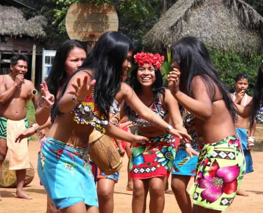 Emberafolk danser