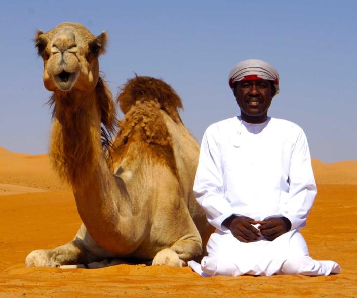 Kamel og lokal guide i ørken
