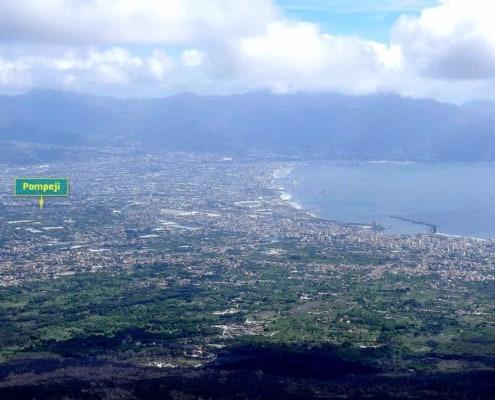 Fra toppen af Vesuv kan man se nedover Pompeji.