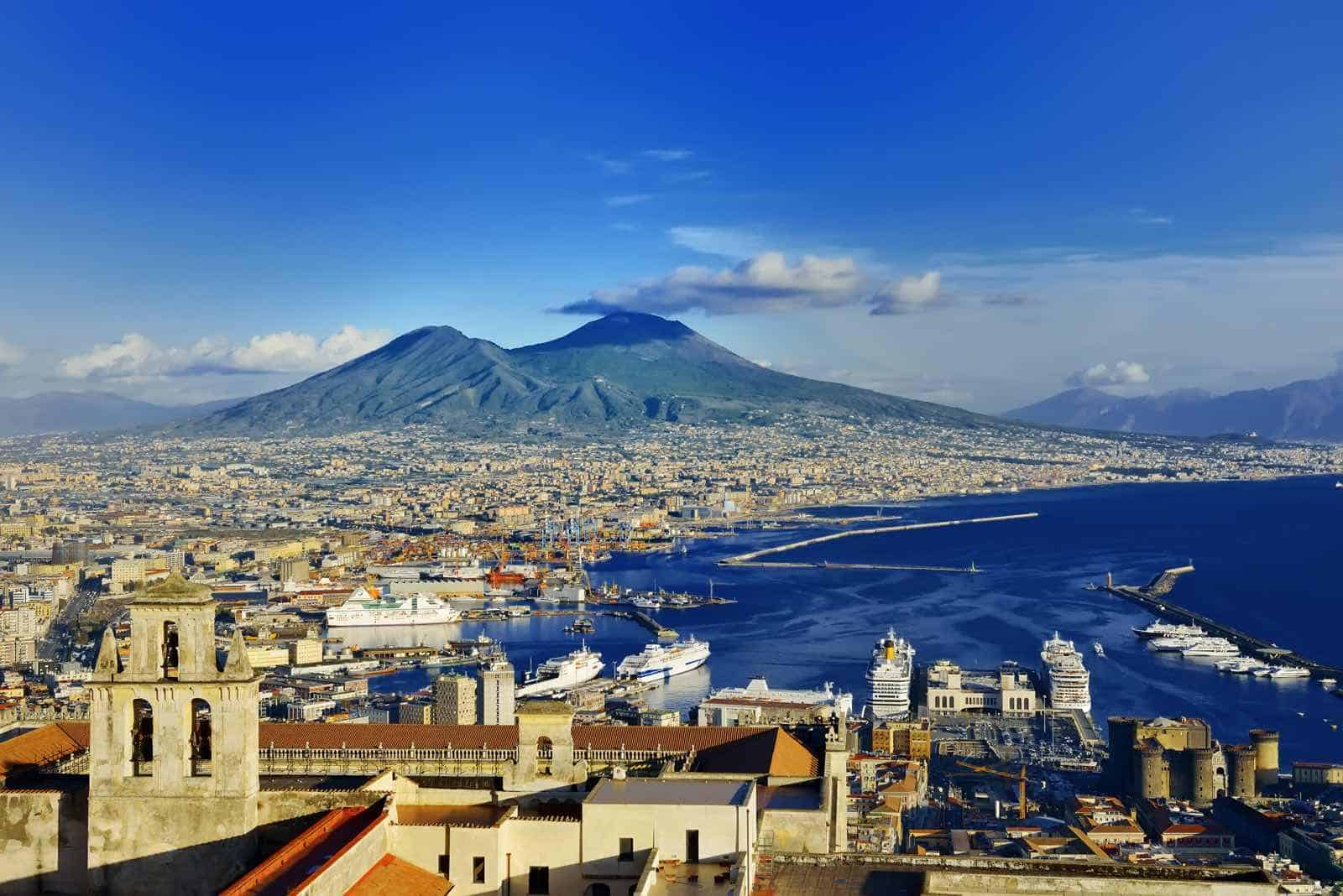 Napoli med Vesuv i baggrunden