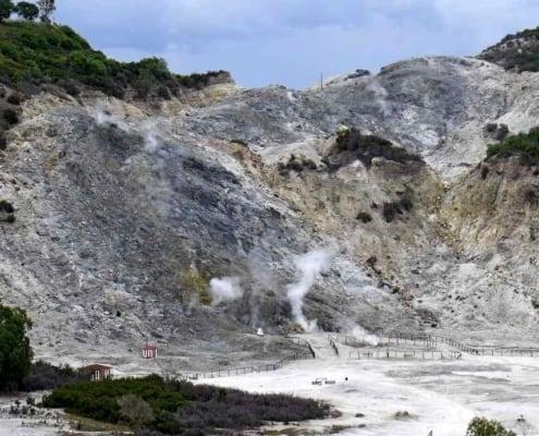 Ved Pozzuoli ligger det aktive vulkankrater Solfatara, som vi ser udefra.