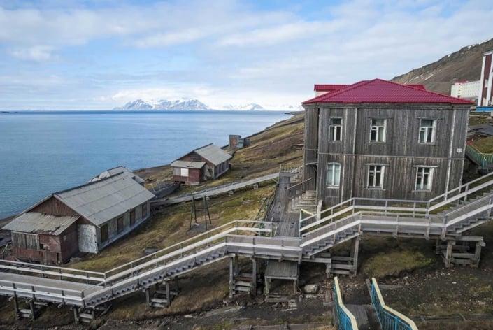 Udsigt over vandet og kulminebyen Barentsburg