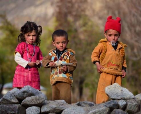 Landsbyens nysgerrige børn